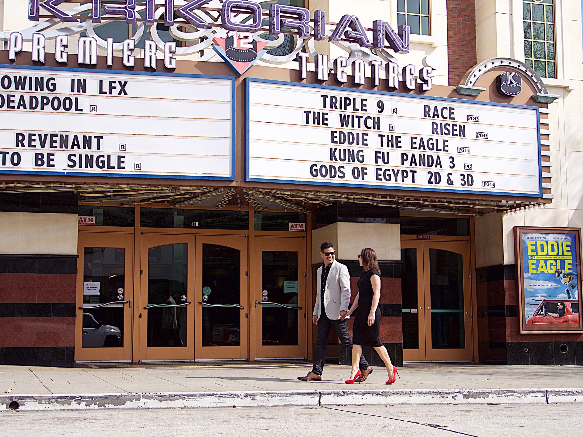 映画館とカップルの画像