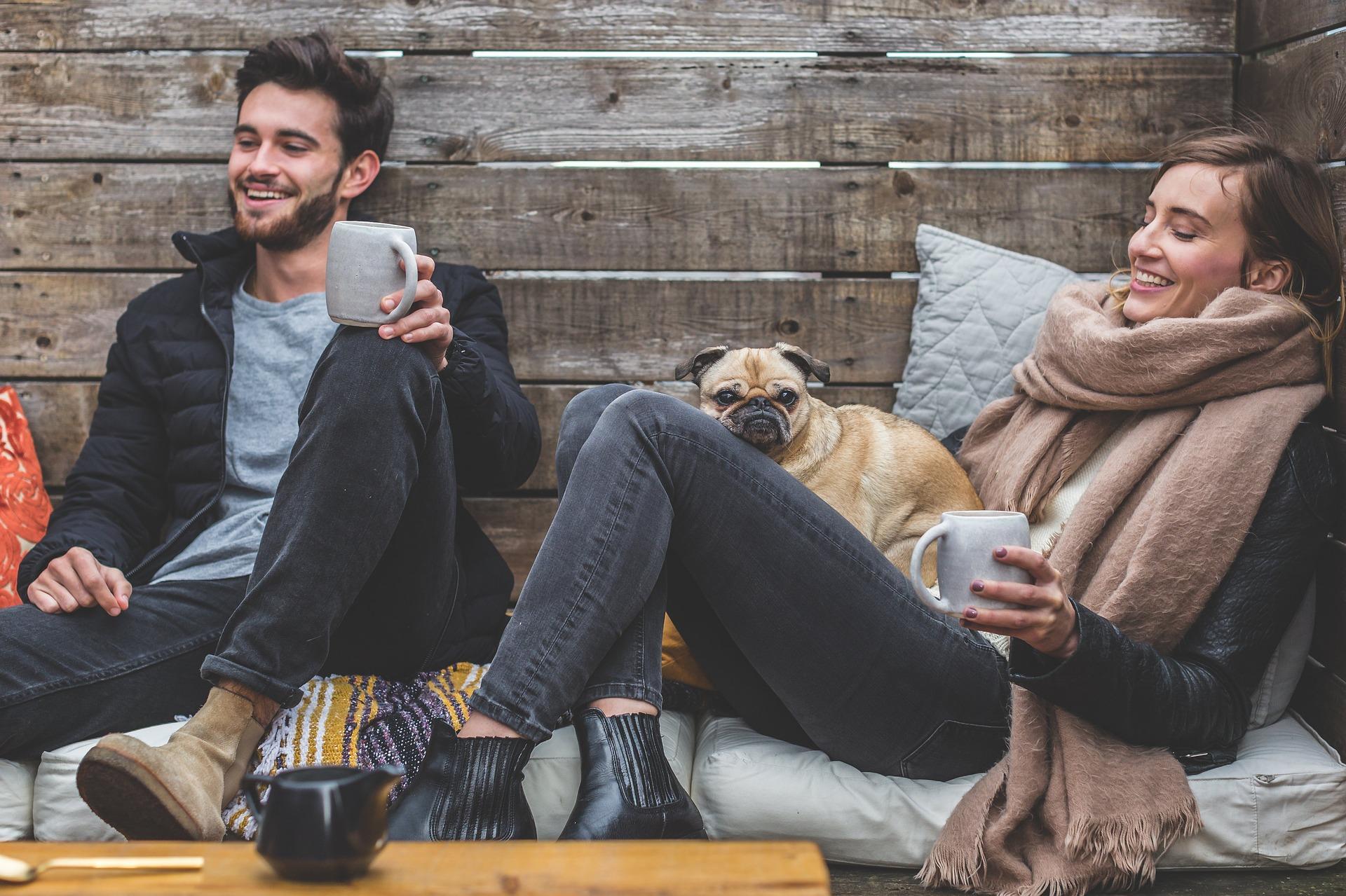家で映画を観るカップルの画像